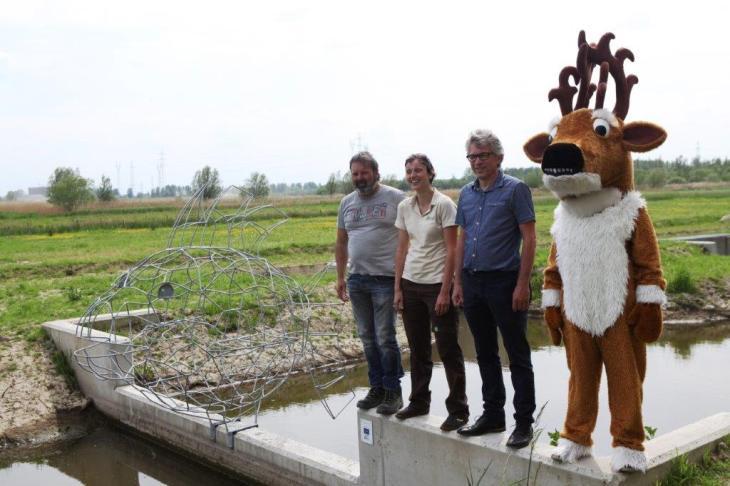 Webfltr artist Erwin Dieleman, Veerle Campens Scalluvia project coordinator, major Jos Stassen en polders mascotte Xavier de Ree (deer)